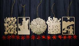 El árbol de navidad plano del oro del vintage juega con las estrellas rojas en fondo de madera Fotos de archivo