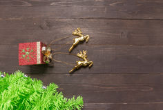 El árbol de navidad y los renos están encendido en el fondo de madera Fotos de archivo