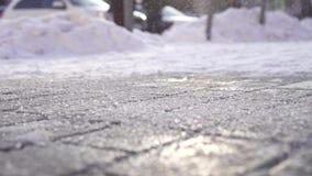 El reactivo antiescarcha cae en el hielo en invierno almacen de metraje de vídeo