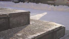 El reactivo técnico de la sal despierta en las escaleras en invierno almacen de video
