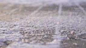 El reactivo técnico de la sal se asperja en el hielo en cierre del invierno para arriba, MES lento almacen de metraje de vídeo