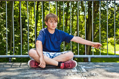 El reblandecer feliz joven del muchacho Foto de archivo libre de regalías