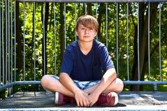 El reblandecer feliz joven del muchacho Fotos de archivo