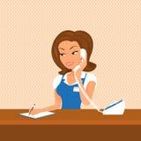 El recepcionista de sexo femenino está tomando una llamada