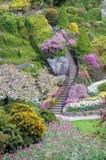 el receptor de papel adornó las escaleras en un jardín Imagenes de archivo
