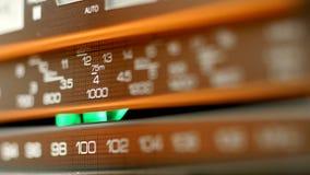 El receptor de radio está buscando la onda en estaciones en primer metrajes