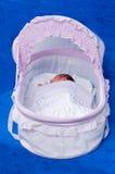 El recién nacido en una cama. Fotografía de archivo
