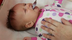 El recién nacido se alimenta con una medicina de una cuchara almacen de metraje de vídeo
