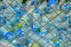 El reciclaje de centro recoge las botellas plásticas Fotos de archivo libres de regalías