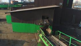 El reciclaje de componentes del metal de la instalación resultó de los coches desmontados se está destrozando y se está separando metrajes