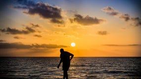 El recorrer abajo de la playa Fotografía de archivo libre de regalías