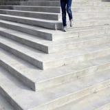 El recorrer abajo de pasos de progresión del edificio de la ley Fotografía de archivo