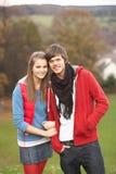 El recorrer adolescente romántico de los pares Imágenes de archivo libres de regalías