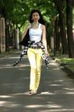 El recorrer asiático joven de la mujer. Fotografía de archivo