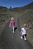 El recorrer de dos niñas Imagen de archivo libre de regalías
