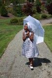 El recorrer de la muchacha del afroamericano Foto de archivo libre de regalías