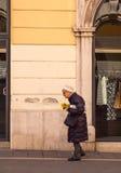 El recorrer de la mujer mayor Foto de archivo libre de regalías
