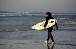 El recorrer de la persona que practica surf Imagenes de archivo
