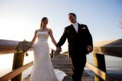 El recorrer de novia y del novio Imagen de archivo libre de regalías