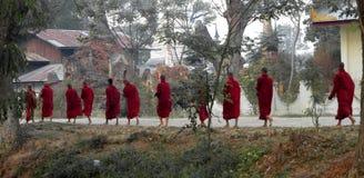 El recorrer de once monjes. Myanmar (Birmania) Fotos de archivo
