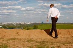 El recorrer del hombre de negocios Imagen de archivo libre de regalías