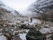 El recorrer en el valle perdido de Glencoe en invierno Foto de archivo libre de regalías