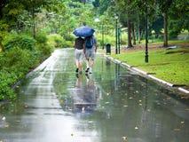 El recorrer en la lluvia Foto de archivo libre de regalías