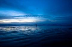 El recorrer en la playa en la noche imagenes de archivo