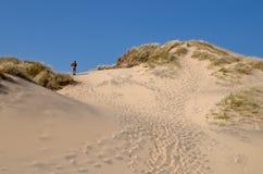 El recorrer en las dunas Imagen de archivo libre de regalías