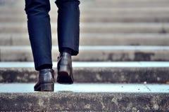 El recorrer encima de las escaleras Imágenes de archivo libres de regalías
