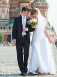 El recorrer joven de los pares de la boda Imágenes de archivo libres de regalías