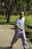 El recorrer joven del monje Imagen de archivo