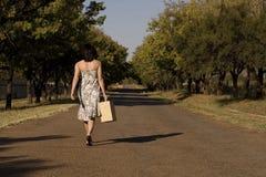 El recorrer lejos brunette Foto de archivo