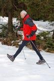 El recorrer masculino mayor en nieve Imagen de archivo