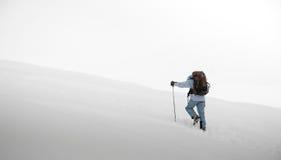El recorrer a través de nieve fotos de archivo libres de regalías