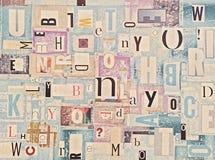 El recorte colorido del Grunge pone letras al fondo Imágenes de archivo libres de regalías
