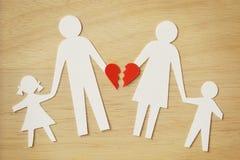 El recorte de cadena de papel de la familia con el corazón quebrado - divorcíese y se rompió Foto de archivo