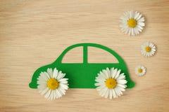 El recorte de papel del coche con la margarita florece - concepto respetuoso del medio ambiente del coche imagen de archivo