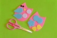 El recorte detalla el juguete del búho Tijeras Artes de la tela para los niños paso a paso Cómo hacer un juguete lindo del pájaro Imagen de archivo libre de regalías