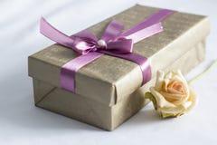 El rectángulo de regalo con se levantó Fotos de archivo