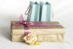 El rectángulo de regalo con se levantó imagen de archivo