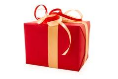 El rectángulo de regalo rojo con rojo y la cinta del satén del oro arquean Fotos de archivo