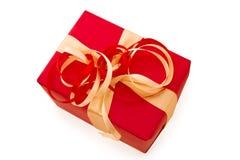 El rectángulo de regalo rojo con rojo y la cinta del satén del oro arquean Imagen de archivo libre de regalías
