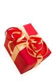 El rectángulo de regalo rojo con rojo y la cinta del satén del oro arquean Fotografía de archivo libre de regalías