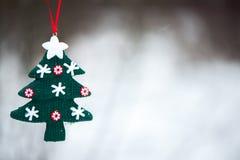 El recuerdo adornó el árbol de navidad en la nieve, un símbolo de la n Foto de archivo