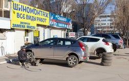 El reemplazo total del automóvil rueda invierno al verano en Samara Fotografía de archivo