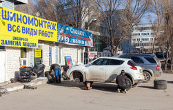 El reemplazo total del automóvil rueda invierno al verano en Samara Foto de archivo libre de regalías