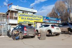 El reemplazo total del automóvil rueda invierno al verano en Samara Imagenes de archivo