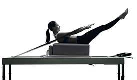 El reformador de los pilates de la mujer ejercita aptitud aislado