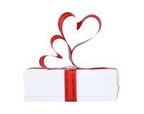 El regalo adornado con una cinta con los corazones Foto de archivo libre de regalías
